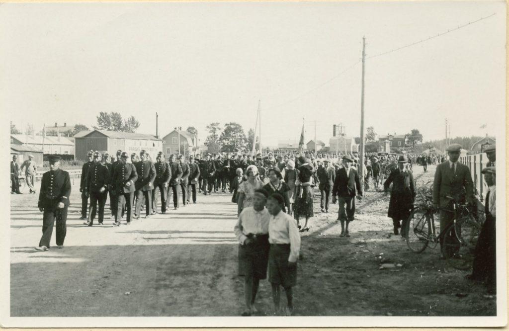 Brandkåristernas marsch längs med sundet ca 1920.