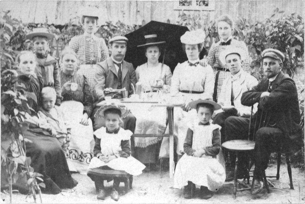 Kaffebjudning år 1901 med den Björkfeldtska familjen.